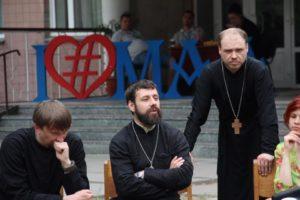 священники в лагере