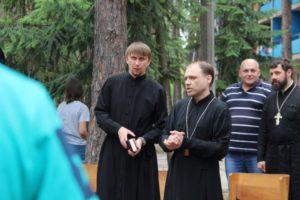группа священников в лагере